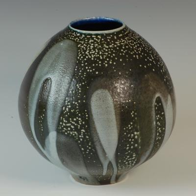 Full-bodied pot / Stoneware / 20 cm tall